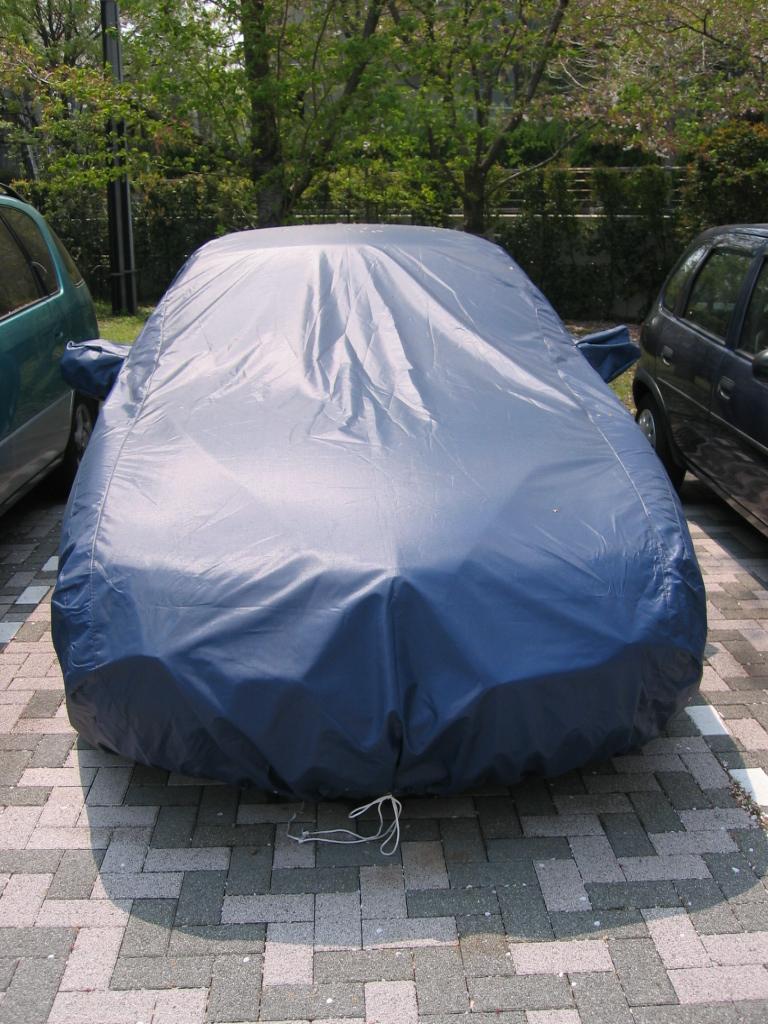 屋外で自動車の保管。ボディカバー使用なら愛車の保護に効果的!のサムネイル画像
