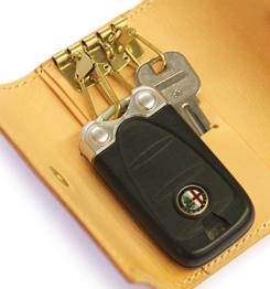 プレゼントにも喜ばれる! 車の鍵が入るキーケースを選ぼうのサムネイル画像